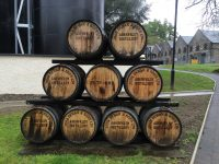 Fässer vor der Dewar Whisky Destillerie
